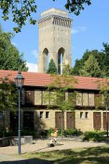 Lagergebäude / Schuppen in der Messingwerksiedlung von Finow - im Hintergrund der expressionistische Wasserturm.