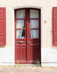 Rote Holztür, Doppeltür mit Glasfenstern, Eingangstür in der Langen Straße von Güstrow.