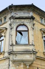 Mit Stuck verziertes Erkerfenster eines leerstehenden Gründerzeitgebäudes bei der August Bebel Straße von Altenburg.