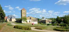 Historische Industriearchitektur in der Messingwerksiedlung von Finow - im Hintergrund das Torhaus.
