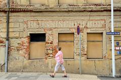 Alte Hausfassade eines leerstehendes Gebäudes mit abgebröckeltem Putz in der Schmöllnschen Vorstadt von Altenburg.