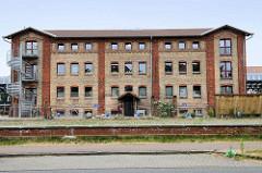 Restauriertes Backsteingebäude in der Speicherstraße von Güstrow - der denkmalgeschützte ehemalige Speicher   wird jetzt als Gewerberaum genutzt.