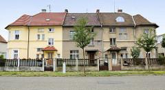 Wohnblock mit drei Eingängen, einstöckiges Reihenhaus mit unterschiedlich gestalteter Fassade und Dachdeckung in  Olmütz /Olomouc.