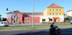 Gewerbegebäude mit farbiger Fassade, Kino in der Heegermühler Straße von Eberswalde.