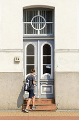 Alte Eingangstür im Stil des Historismus - farblich abgesetzte Zierverleistung und Türfenstern, sowie Oberlicht; Bilder der restaurierten Altstadt von Güstrow.