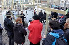 Trauermarsch der Graswurzelbewegung Extinction Rebellion XR am Gerhart-Hauptmann-Platz in Hamburg.  Demonstranten tragen Holzkreuze mit der Aufschrift ausgestorbener Tierarten.