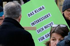 Trauermarsch der Graswurzelbewegung Extinction Rebellion XR am Gerhart-Hauptmann-Platz in Hamburg.  Plakat: Das Klima interessiert sich nicht für Grenzen.