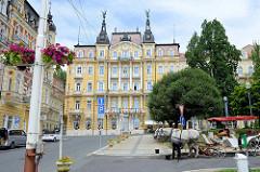 Zentrum von  Marienbad /  Mariánské Lázně, eine Droschke wartet auf Touristen für eine Rundfahrt.