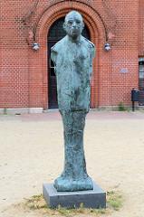 Bronzestele von Uwe Johnson vor dem John Brinckman Gymnasium  in Güstrow; der Dichter / Schriftsteller besuchte von 1948 - 1952 das Gymnasium.