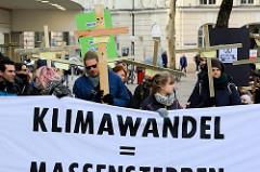 Trauermarsch der Graswurzelbewegung Extinction Rebellion XR am  Gerhart-Hauptmann-Platz in Hamburg..