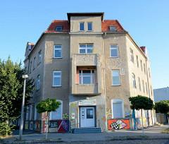 Wohnhaus - Eckblock mit Rauhputzfassade; Bahnhofstreff Finow - Volkssolidarität Barnim.