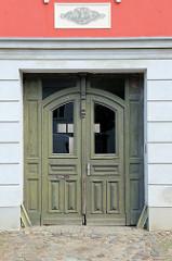 Alte Holztür Doppeltür im Stil des Historismus - aufgesetzte Zierverleistung;   Bilder aus der Altstadt von Güstrow.