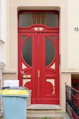 Alte Eingangstür im Stil des Historismus - farblich abgesetzte Schnitzereien und halbrunden Türfenstern, sowie Oberlicht; Bilder der Architektur in Güstrow.