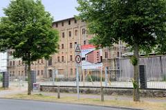 Mehrstöckiges Speichergebäude in der Speicherstraße von Güstrow; das denkmalgeschützte Gebäude wird zur Zeit renoviert, es entstehen Eigentumswohnungen.