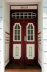 Alte Eingangstür eines Wohnhauses in Güstrow im Stil des Historismus, Jahreszahl 1901.