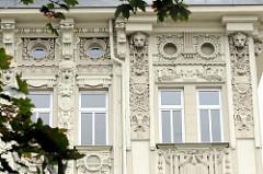 Mit Dekorelementen überladene Hausfassade eines Gründerzeitgebäudes / Wohnhauses in Olomouc / Ölmütz.