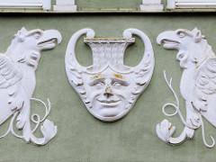 Aufwändiges Stuckdekor mit  Greifen und Maskeron an der Hausfassade eines denkmalgeschützten Gebäudes am Markt von Güstrow.