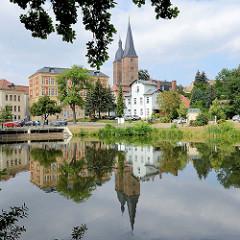 Blick über den kleinen Teich / Blaue Flut zum Roten Spitzen in Altenburg. Die beiden Backsteintürme des Chorherrenstiftes sind die Wahrzeichen der Stadt; sie gehören zur ehemaligen Marienkirche des Augustinerklosters Unser Lieben Frauen auf dem Berge