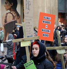 Trauermarsch der Graswurzelbewegung Extinction Rebellion XR in der Mönckebergstraße in der Hansestadt Hamburg. Die DemonstrantInnen tragen Holzkreuze mit den Namen ausgestorbener Tier- und Pflanzenarten - Plakat: Klimawandel = Massenmord.