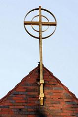 Giebelkreuz der Katholische Kirche St. Theresia vom Kinde Jesu  in Finow, geweiht 1934 - Architekt  Josef Bachem.