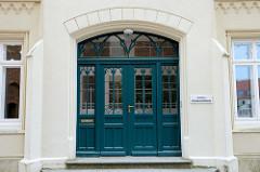 Eingangstür vom denkmalgeschützten Domgemeindehaus am Domplatz in Güstrow.