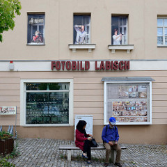 Mit Trompe-l'œil Malerei  / Illusionsmalerei  versehene Hausfassade eines Fotogeschäftes in der Straße  Baderei von Altenburg