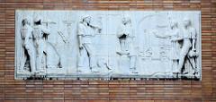 Relief mit Darstellung von Personen der arbeitenden Klasse an der Fassade des Empfangsgebäudes vom Hauptbahnhof in Olomouc / Olmütz.