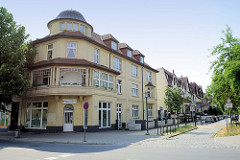 Denkmalgeschütztes Eckgebäude mit Kupferkuppel in der Eisenbahnstraße von Güstrow - Blick in die Hafenstraße.