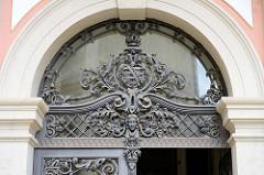 Schmiedereiserne Verzierungen am Oberlicht der Eingangstür zum barocken Corps de Logis / Wohntrakt im Schloss Altenburg.