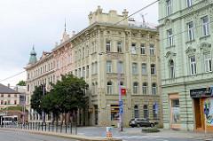 Jugendstilarchitektur in der Stadt    Olmütz / Olomouc;   mehrstöckige Wohnhäuser mit aufwandiger Stuckdekoration mit Art Deco Motiven  an der Hausfassade.