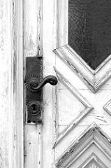 Holztür / Eingangstür mit dreieckiger Verleistung und altem Türgriff mit Rosette - Bilder aus Güstrow.