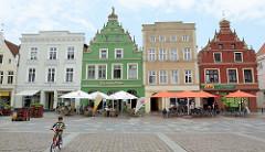 Wohn- und Geschäftshäuser am Markt in Güstrow. Denkmalgeschützte Architektur der Barlachstadt - Ratskeller, Gebäude errichtet 1637 / Fachwerk Giebelhaus - Renaissance Architektur.
