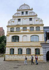 Restaurierte Frontansicht der Domschule von Güstrow; errichtet 1579 im Baustil der Renaissance, Entwurf Baumeister Philipp Brandin.