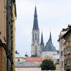 Blick über die Dächer der Stadt zum  Wenzelsdom, Katedrála svatého Václava in Olmütz / Olomouc. Ursprünglich als gotische Kirche im 14 Jahrhundert vollendet - der König Wenzel III. wurde in der Kirche bestattet. Ab 1883 wurde der Dom im Stil der Neog