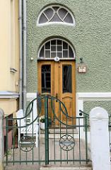 Alte Eingangstür im Stil des Historismus - geschwungene Eisentor; Bilder der Architektur in Güstrow.