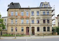 Gründerzeitarchitektur in der Lindenaustraße von Altenburg - symmetrischer Wohnblock, teilweise restauriert.