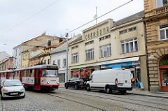 Straßenbahn und parkende Autos in der Straße 1. Maje von Olmütz/ Olomouc.
