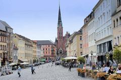 Marktplatz von Altenburg mit historischen Wohn- und Geschäftshäusern  in Baustilen aus der Zeit der Gotik, Renaissance,  Barock, Klassizismus bis zur Gründerzeit - im Hintergrund die neugotische Brüderkirche.