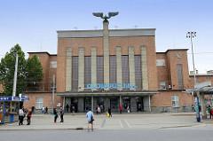 Empfangsgebäude vom Hauptbahnhof in Olomouc / Olmütz - Symbol der Eisenbahn geflügelten Rad auf dem Dach.