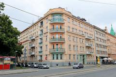 Eckblock, mehrstöckiges Wohnhaus mit Balkons in unterschiedlichen Ausführungen; runder Eckbalkon mit Eisenbrüstung in Olmütz / Olomouc.