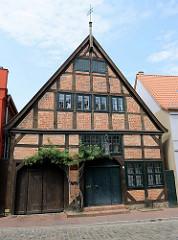 Historisches Fachwerkgebäude in der Hollstraße von Güstrow, Nutzung als Georg-Friedrich-Kersting Museum - Geburtshaus des 1785 - 1847 lebenden Maler der deutschen Romantik.