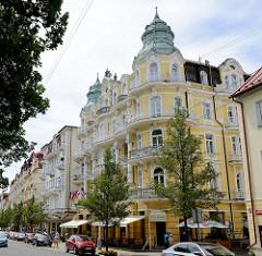 Gründerzeitarchitektur in der Hauptstraße Hlavní  im Badeort Marienbad / Mariánské Lázně - Hotelgebäude mit aufwändig dekorierter Fassade und Ecktürmen mit Kupferhelmen.