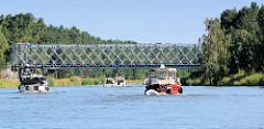 """Industriedenkmal - denkmalgeschützte Klinkerhafenbrücke über die Havel-Oder-Wasserstraße hinter der Lehnitzschleuse bei Oranienburg / Sachsenhausen. Die Eisenfachwerk-Brücke wurde 1986 errichtet; die Brücke ist ein mobiles Gerät vom Typ """"ESB 66"""", die"""