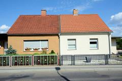 Doppelhaus mit unterschiedlicher Fassadengestaltung bei den Messingwerken in Finow.