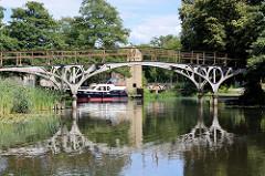Historische Eisenbrücke / Teufelsbrücke am Messinghafen beim Finowkanal. Ursprünglich 1824 in Berlin errichtet und 1913 hier am Messinghafen montiert. Dahinter ein Sportboot im Messinghafen.