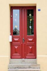 Alte Eingangstür im Stil des Historismus mit aufgesetzter Zierverleistung ;  Bilder der restaurierten Altstadt von Güstrow.