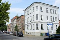 Wohnblocks in unterschiedlichem Renovierungszustand, zum größten Teil unbewohnt in der Rostocker Straße von Güstrow.