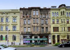 Wohnhäuser im Baustil der Gründerzeit mit Säulendekor in der Straße Masarykova tř.  Olomouc / Olmütz, Tschechien. Das in der Mitte stehende, bewohnte Gebäude ist stark renovierungsbedürftig.