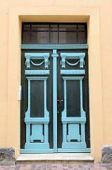 Farbige, alte Eingangstür im Stil des Historismus - aufgesetzte Zierverleistung und neoklassizistischen Türgriffen;  Bilder der restaurierten Altstadt von Güstrow.
