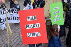Trauermarsch der Graswurzelbewegung Extinction Rebellion XR am Gerhart-Hauptmann-Platz in Hamburg.  Plakate: Euer Planet stirbt - Das Klima interessiert sich nicht für Grenzen.